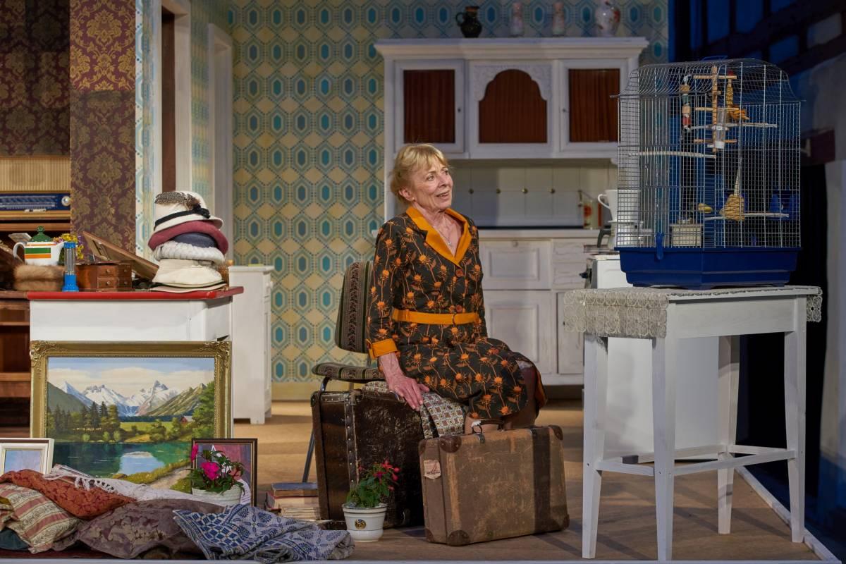Gabriele Dossi als Frau Ruhsam mit Kanarienvogel ``Burle``
